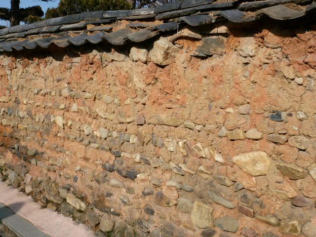 憧れの全州へ ㉔ 土の趣 韓屋村の塀_a0140305_0435681.jpg