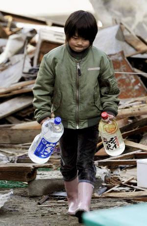 「1枚の写真」 高倉健:「戦後の日本が蓄積してきた経済や社会のシステムがパンクした瞬間でした。」_e0171614_11565213.jpg