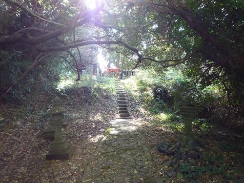 楯崎神社(1)半島の絶壁に立つ巨大な磐座に神功皇后は祈った_c0222861_1034176.jpg