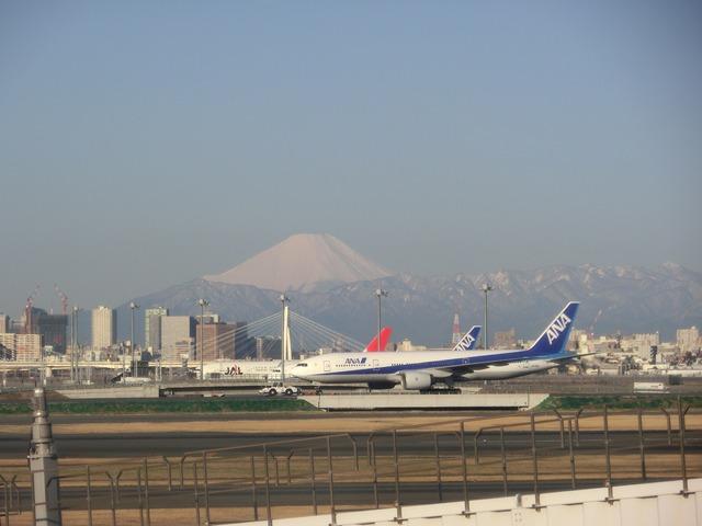 伊丹、東京そして青森へ・・・・冠雪の富士山、素敵なJAL_d0181492_2044668.jpg