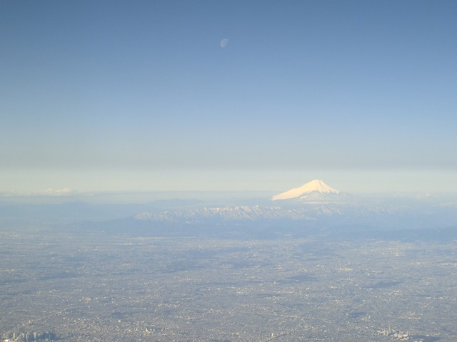 伊丹、東京そして青森へ・・・・冠雪の富士山、素敵なJAL_d0181492_2049991.jpg