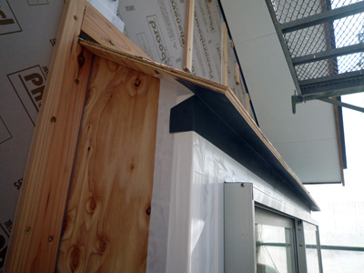 出窓の屋根は板金で仕上げます_a0148909_18224052.jpg