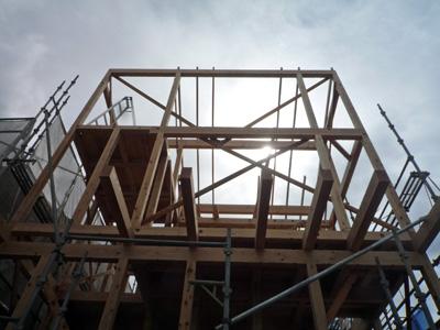 垂木工事と足場掛けなおし作業中_a0148909_1846023.jpg