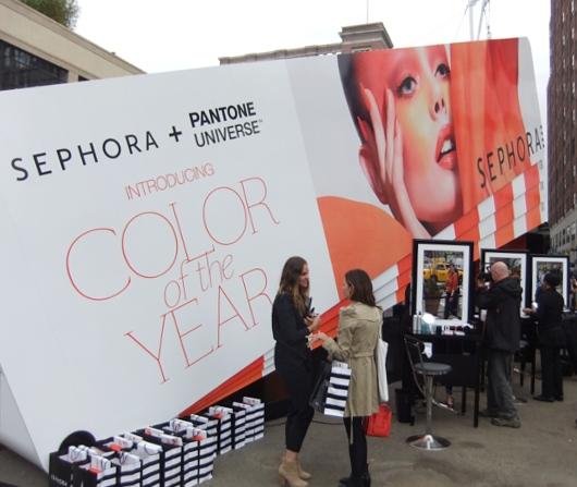 NYの交差点の真ん中に、今年の色コスメを体験できるポップアップ店オープン中_b0007805_1481351.jpg