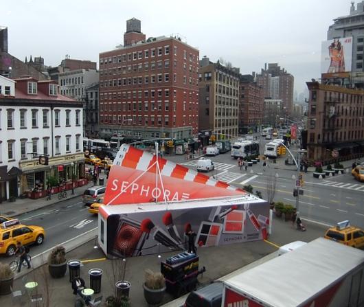 NYの交差点の真ん中に、今年の色コスメを体験できるポップアップ店オープン中_b0007805_1485430.jpg