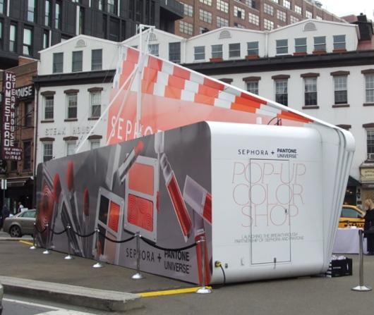 NYの交差点の真ん中に、今年の色コスメを体験できるポップアップ店オープン中_b0007805_149359.jpg