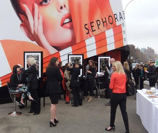 NYの交差点の真ん中に、今年の色コスメを体験できるポップアップ店オープン中_b0007805_149401.jpg