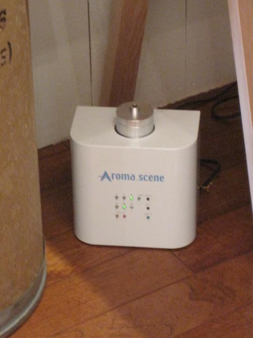 作家さんの展示にアロマの香りを使っていただきました。_e0131324_1072776.jpg