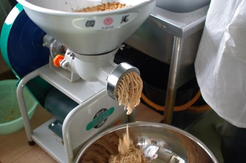 味噌作り2012 3日目~米麹の塩切り、大豆をすりつぶす、味噌玉~_c0110869_7584876.jpg