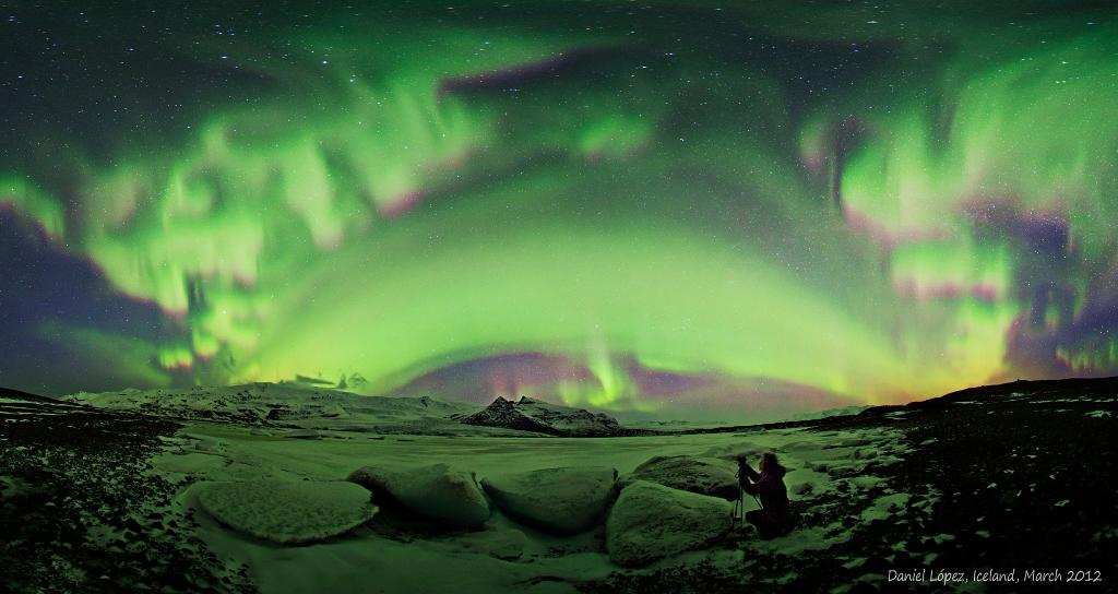 アイスランドに出現した全天を覆う巨大なオーロラ_d0063814_8441519.jpg