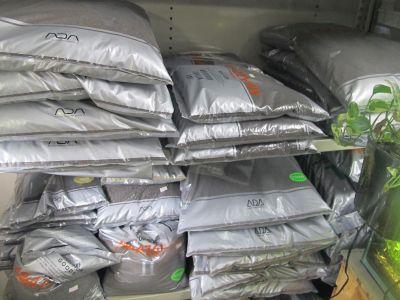 小さな田舎の店舗なりにいろいろソイルを取り揃えてます。_a0193105_2338934.jpg