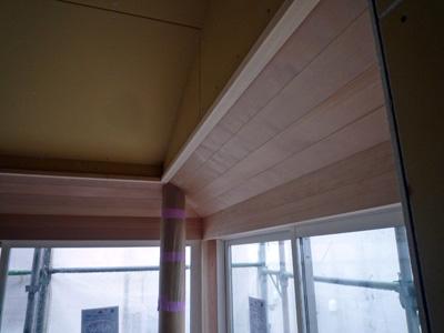 斜め天井に丸柱。しかも天井は無垢板仕上げ!_a0148909_21155478.jpg