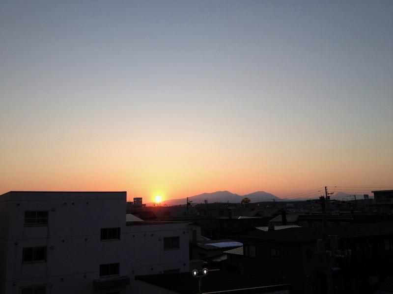 日の入り 5:45 ここまで太陽の沈む位置がのびてきた_a0160581_1841132.jpg