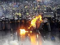 gas air mata vs bom molotov_a0051297_9184084.jpg