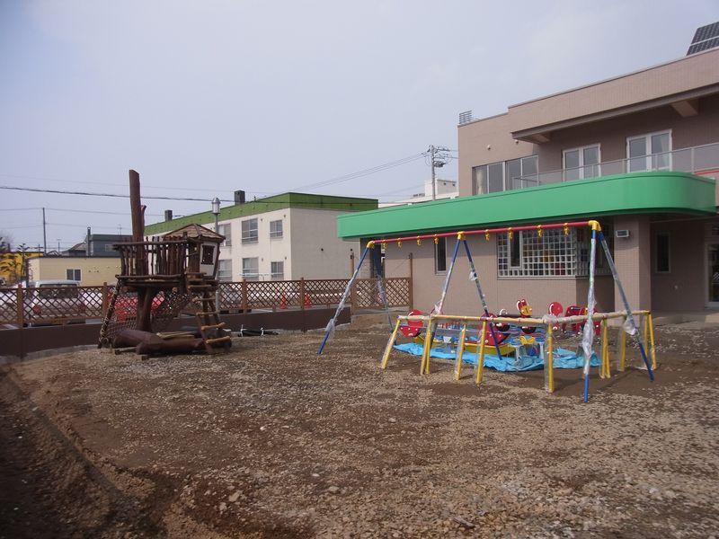 老人ケア付きマンションのそばに新しい保育園_c0025115_23411750.jpg