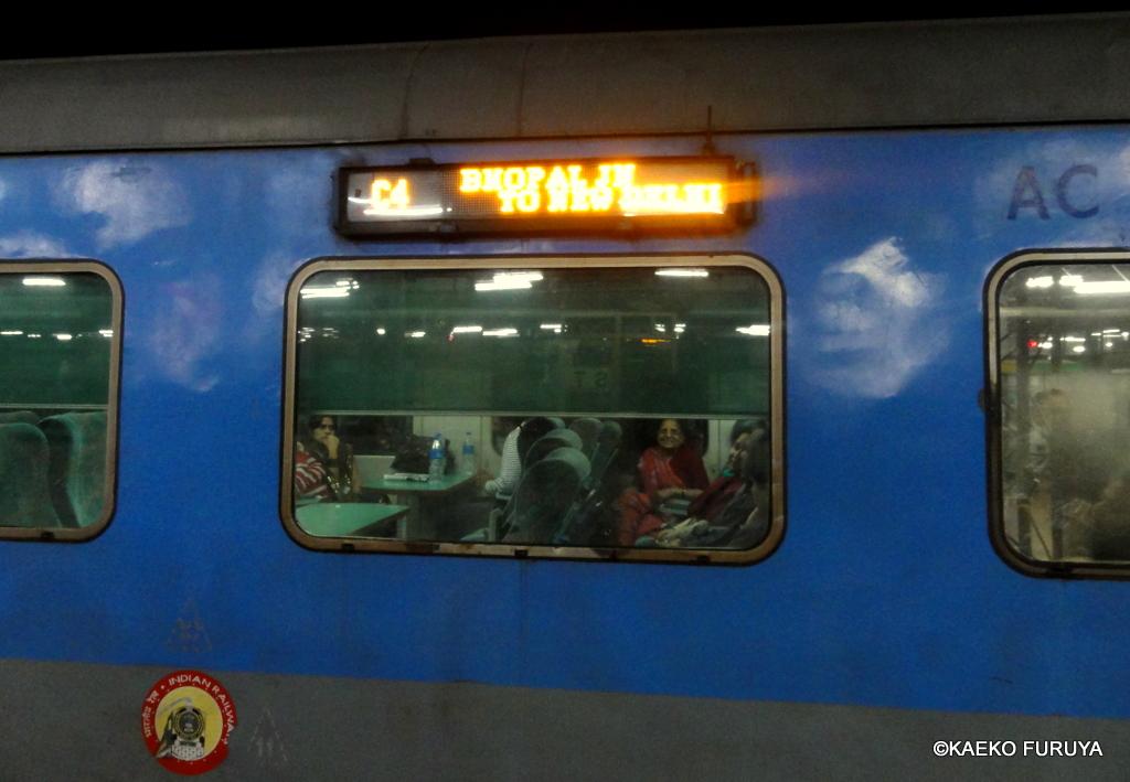 インド旅行記 23 列車でアグラへ_a0092659_0555670.jpg