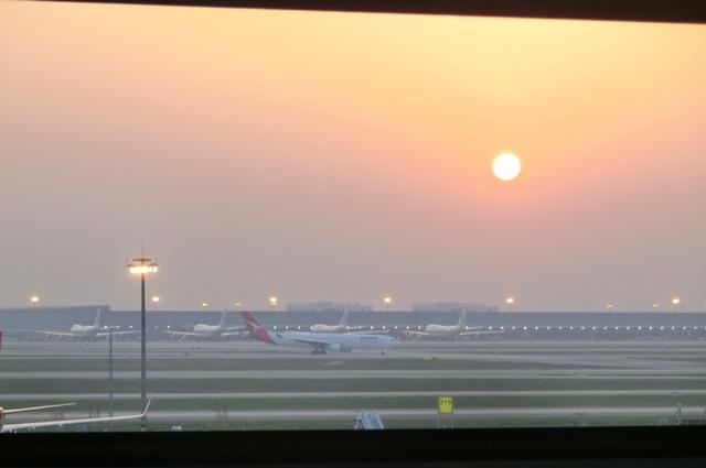 上海空港の夕焼け・・・・夕日に映えた、美しい上海空港①_d0181492_2155725.jpg