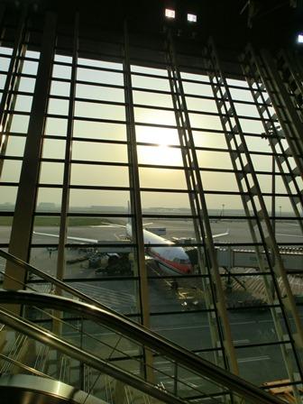 上海空港の夕焼け・・・・夕日に映えた、美しい上海空港①_d0181492_21592789.jpg