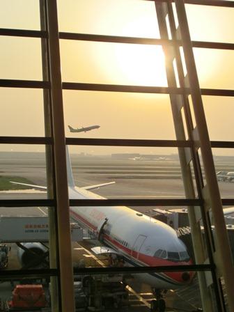 上海空港の夕焼け・・・・夕日に映えた、美しい上海空港①_d0181492_21594449.jpg