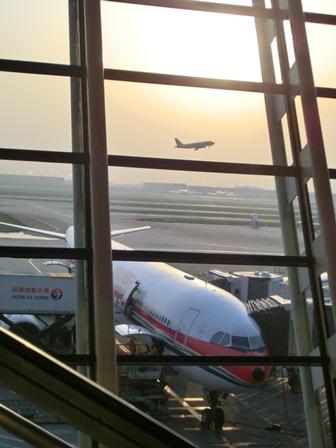 上海空港の夕焼け・・・・夕日に映えた、美しい上海空港①_d0181492_220823.jpg