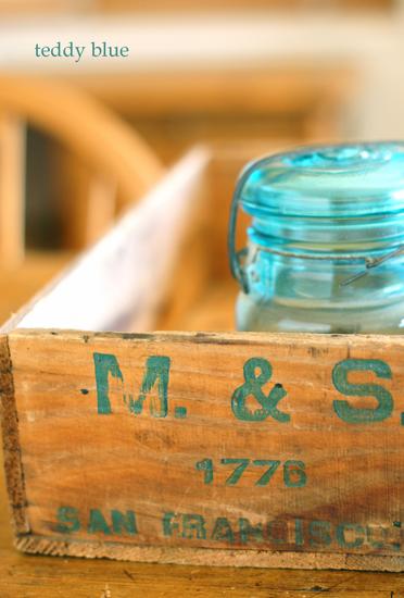 vintage wooden box  ロゴがかわいい昔の木箱_e0253364_22243641.jpg