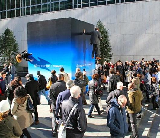 ニューヨークの街角に無重力キューブ登場?!_b0007805_043250.jpg