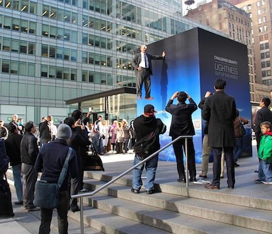 ニューヨークの街角に無重力キューブ登場?!_b0007805_04937.jpg
