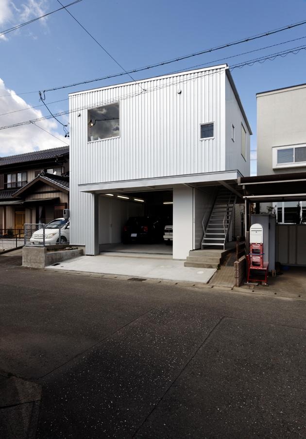 地方都市の住宅地に作られたなんだか用途のよくわからない小さなガレージにだって建築の世界は変えられる_e0154707_4232877.jpg