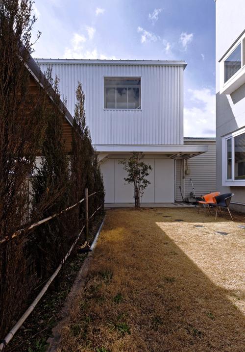 地方都市の住宅地に作られたなんだか用途のよくわからない小さなガレージにだって建築の世界は変えられる_e0154707_424781.jpg
