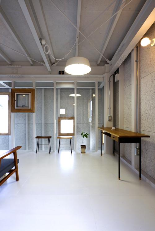 地方都市の住宅地に作られたなんだか用途のよくわからない小さなガレージにだって建築の世界は変えられる_e0154707_426595.jpg
