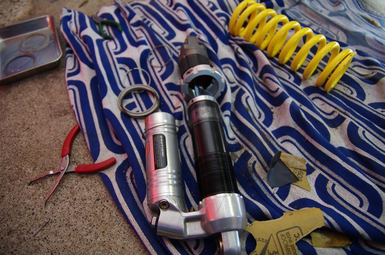 【フサベル】リアショックユニット清掃&エンジン載せ_e0159646_8535426.jpg