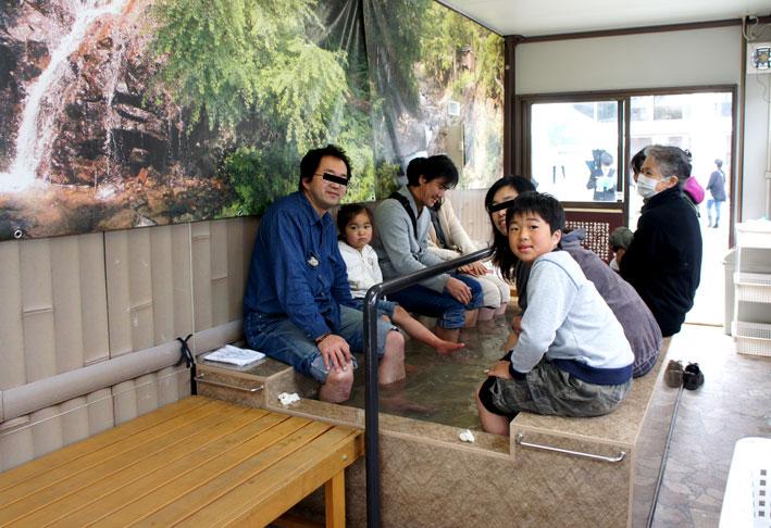 県民の日に榊原温泉の足湯_b0145296_647480.jpg