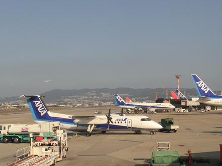 伊丹空港から福岡空港へ・・・全日空便、飛行機は楽しい、空の楽しさ、JAL便①_d0181492_22282059.jpg