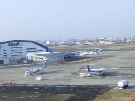 伊丹空港から福岡空港へ・・・全日空便、飛行機は楽しい、空の楽しさ、JAL便①_d0181492_22283172.jpg