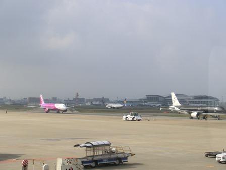 伊丹空港から福岡空港へ・・・全日空便、飛行機は楽しい、空の楽しさ、JAL便①_d0181492_22285499.jpg