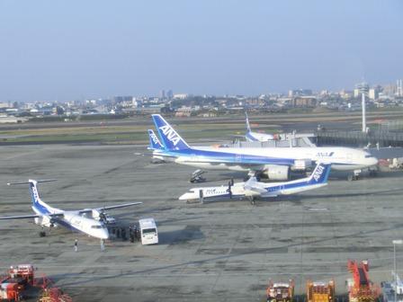 伊丹空港から福岡空港へ・・・全日空便、飛行機は楽しい、空の楽しさ、JAL便①_d0181492_2228551.jpg