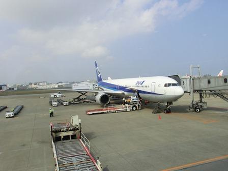 伊丹空港から福岡空港へ・・・全日空便、飛行機は楽しい、空の楽しさ、JAL便①_d0181492_22294073.jpg