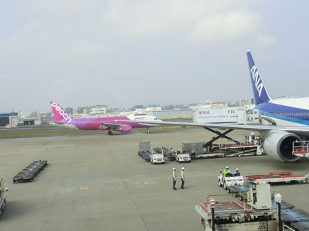 伊丹空港から福岡空港へ・・・全日空便、飛行機は楽しい、空の楽しさ、JAL便①_d0181492_22295638.jpg