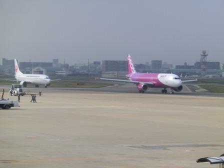 伊丹空港から福岡空港へ・・・全日空便、飛行機は楽しい、空の楽しさ、JAL便①_d0181492_2229733.jpg