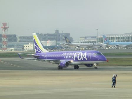 伊丹空港から福岡空港へ・・・全日空便、飛行機は楽しい、空の楽しさ、JAL便①_d0181492_22301069.jpg