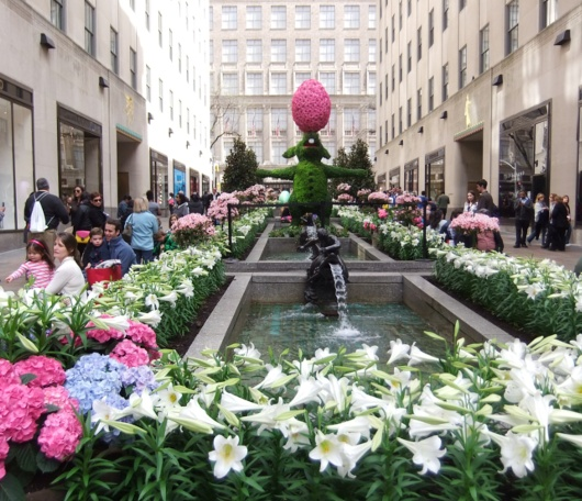 NYの春のワンシーン、本物のお花と葉っぱでできてるウサギさんの像_b0007805_1573491.jpg