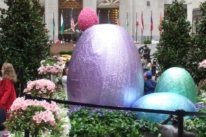 NYの春のワンシーン、本物のお花と葉っぱでできてるウサギさんの像_b0007805_1575315.jpg