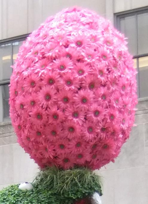 NYの春のワンシーン、本物のお花と葉っぱでできてるウサギさんの像_b0007805_1581064.jpg