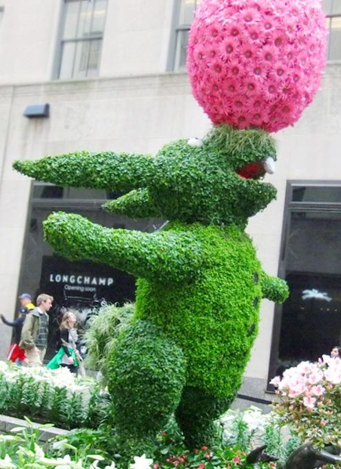 NYの春のワンシーン、本物のお花と葉っぱでできてるウサギさんの像_b0007805_158268.jpg