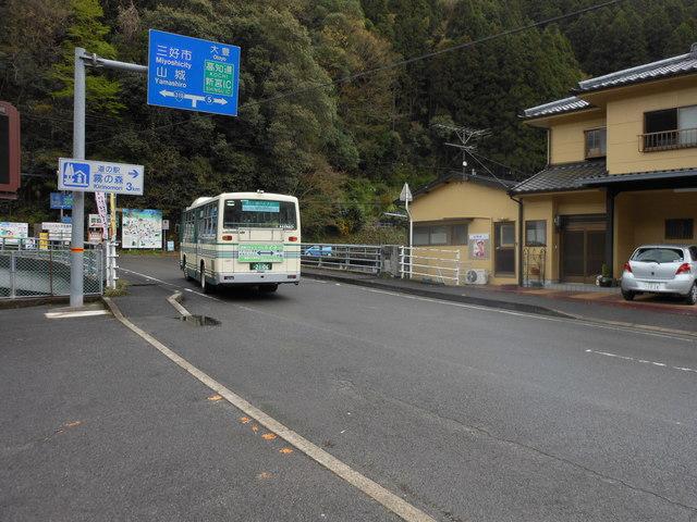 バス停は芸術だ(2)_c0001670_21144076.jpg