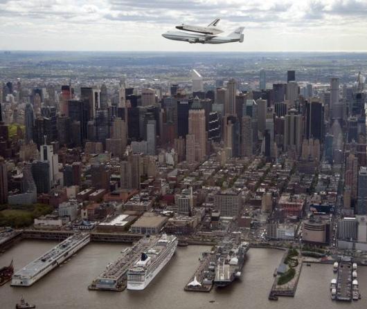 ニューヨーク上空をスペース・シャトルが飛び回ました_b0007805_2210144.jpg