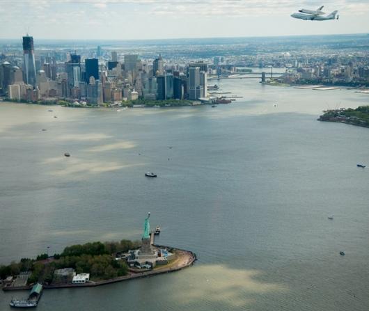 ニューヨーク上空をスペース・シャトルが飛び回ました_b0007805_2294124.jpg