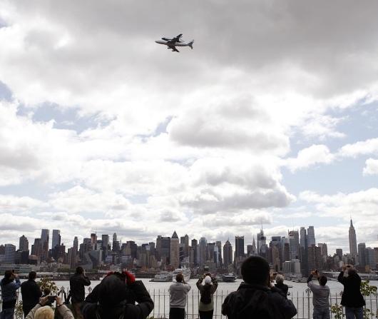 ニューヨーク上空をスペース・シャトルが飛び回ました_b0007805_2295610.jpg