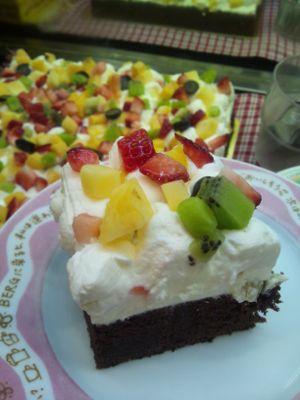 【コンの写メ日記♪】今月のスペシャルケーキ 「フルーツいっぱいのガトーショコラ」 レアチーズ入り♪_c0069047_12302359.jpg