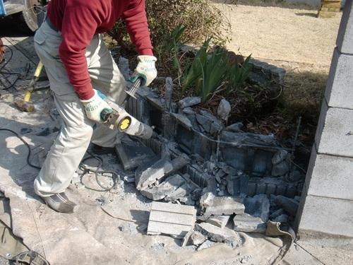 駐車場工事 ~ 塀やフェンスの壊し_d0165368_168388.jpg